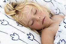 Mädchen schläft im Bett, Kiel, Schleswig-Holstein, Deutschland, Europa