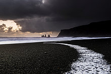 Strand, Reynisdrangar bei Sonnenuntergang mit Meeresbrandung, schwarzer Sand, bei Vik, Südisland, Island, Europa