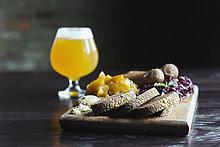 einsteigen,Brot,schneiden,Frucht,Käse,Bier