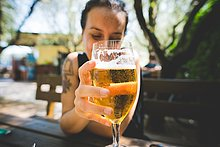hoch,oben,Frau,Glas,halten,Bier