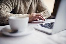 sitzend,benutzen,Mann,Notebook,Close-up,Laden,Kaffee