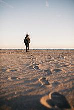 junge Frau,junge Frauen,Winter,Rückansicht,Strand,Ansicht