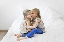 Schwester,klein,flüstern,Mädchen,Geheimnis