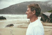 Profil,Profile,stehend,Mann,Fröhlichkeit,Strand,Regen
