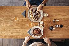 Mann,Restaurant,2,Mittagessen