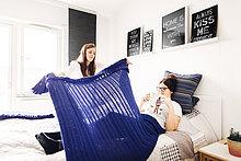 Frau,Buch,Decke,halten,Bett,Taschenbuch,Freund