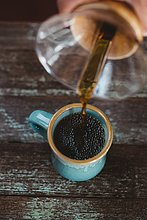 Mann,eingießen,einschenken,Kaffee