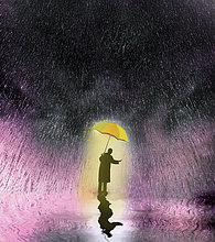 Geschäftsmann unter Regenschirm prüft fallenden Regen