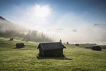 Sonnenaufgang und Morgennebel, Almwiese, Geroldsee oder Wagenbrüchsee, Krün bei Mittenwald, Werdenfelser Land, Oberbayern, Bayern, Deutschland, Europa