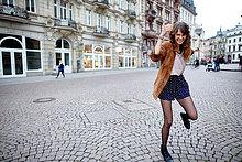Fröhliche junge Frau in der Stadt