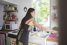 Frau arbeitet in der Küche zu Hause