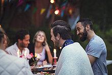 Glückliche Freunde genießen Abendessen im Garten Party