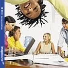 Freude an der Arbeit trransportiert in Bildern von jungen Leuten in kreativem Arbeitsumfeld., zvierhundert