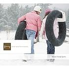 Nicht nur Kinder lieben,Verspielte Erwachsene, Teenager, die zu cool sind, sich eine Daunenjacke anzuziehen und begeisterte Kinder in,sich im Freien beim,Schneeschuhwandern, Snowtubing und Schlittschuh laufen. Egal, ob der Tag sonnig oder verschneit ist - die ländliche Umgebung und die schneebedeckten Bäume stellen die perfekte Kulisse dar.