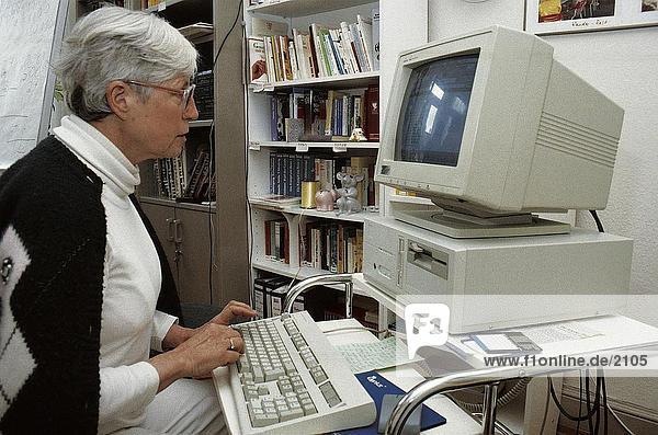 Seitenansicht Side senior weiblich working auf Computer  Deutschland