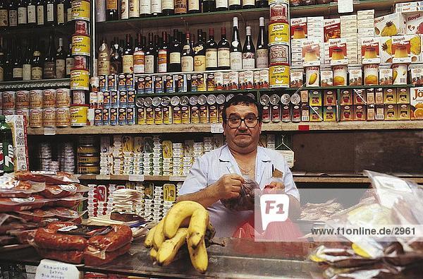 Porträt eines Mitte Erwachsenen Mannes verkauft Gewürze und Lebensmittel  Manteigaria Londrina  Baixa  Lissabon  Portugal  Europa