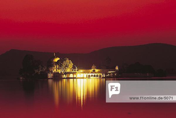 Palast in Lake Copan in der Dämmerung  Lake Palace  dem Pichola-See  Udaipur  Rajasthan  Indien