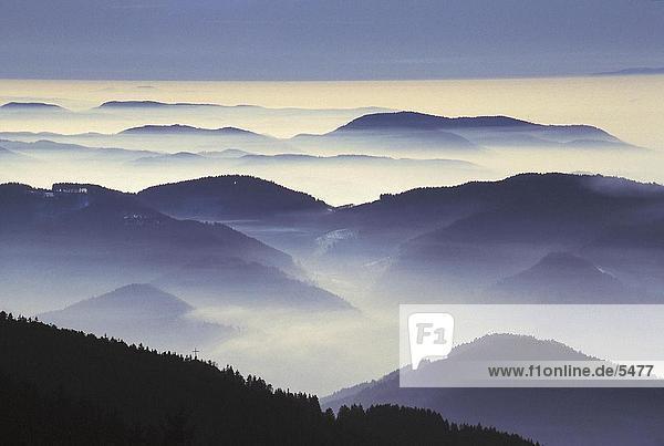 Erhöhte Ansicht des nebligen Bergen  Schwarzwald  Baden-Württemberg  Deutschland Erhöhte Ansicht des nebligen Bergen, Schwarzwald, Baden-Württemberg, Deutschland