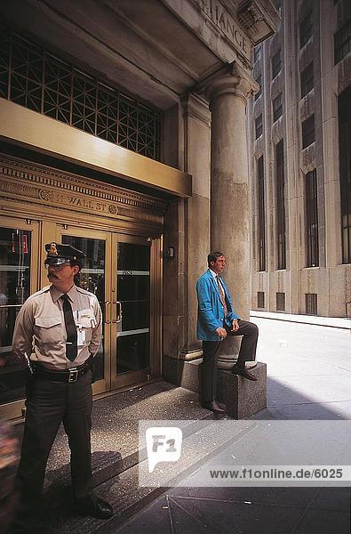 Wachmann und Börsenmakler stehen außerhalb der New York Stock Exchange Gebäude  Wall Street  Manhattan  New York City  New York State  USA