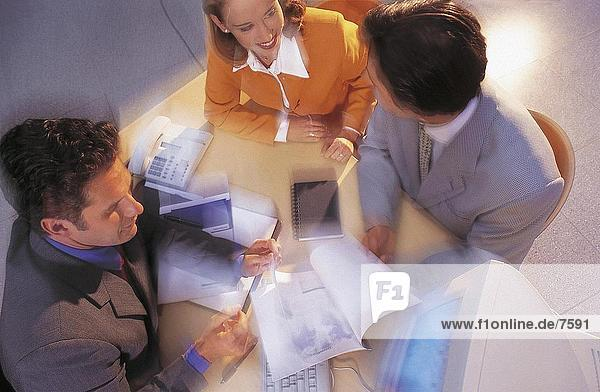Erhöhte Ansicht von drei Führungskräften Erörterung in einem Büro