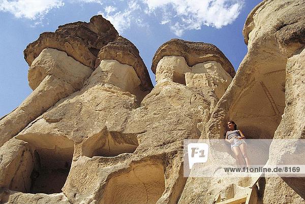 Frau stehend zwischen Häusern in den Felsen  Zelve Kloster  Kappadokien  Türkei
