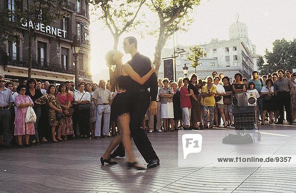 Menschen auf der Suche auf ein paar den Tango tanzen auf der Straße  La Rambla Street  Barcelona  Spanien