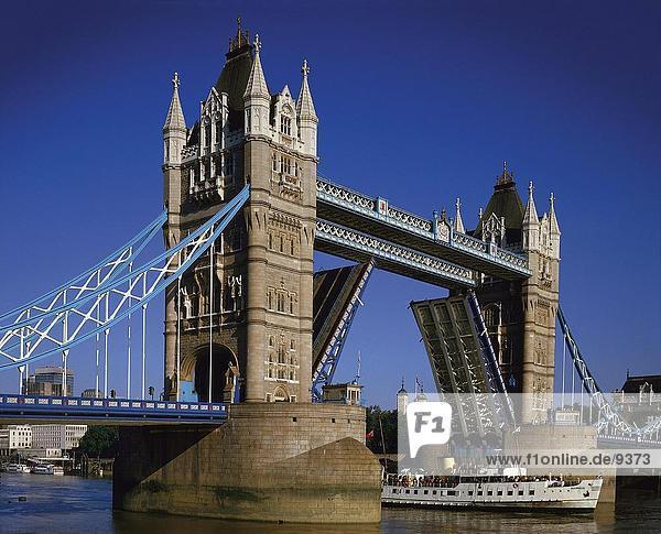 Eröffnet Tower Bridge  Tower Bridge  London  England