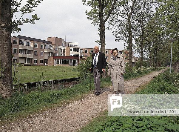 älteres Paar walking on Dirt Road  Niederlande