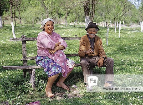 Porträt von älteres Paar sitzen auf Bank  Rumänien
