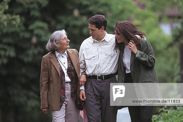 Junges paar walking with ältere Frau