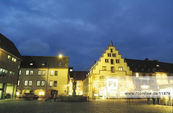 Gebäude beleuchtet bei Nacht  Munsterplatz  Freiburg  Baden-Württemberg  Deutschland