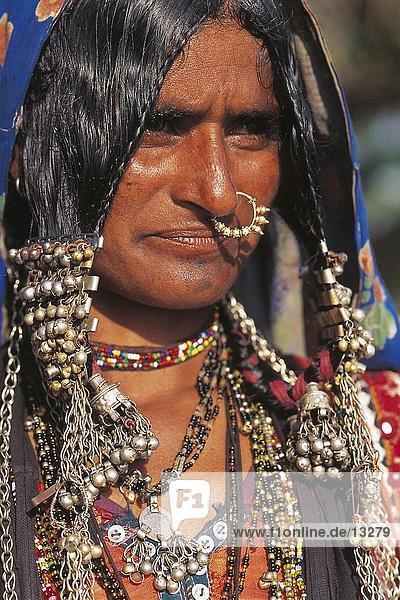 Porträt von Frau trägt Schmuck  Kerala  Indien