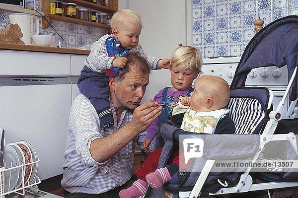 Vater mit seinen drei Kindern
