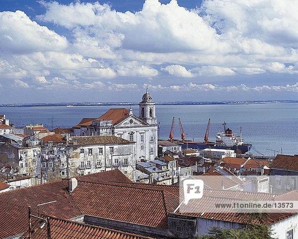 Port unter bewölkten Himmel  Lissabon  Portugal