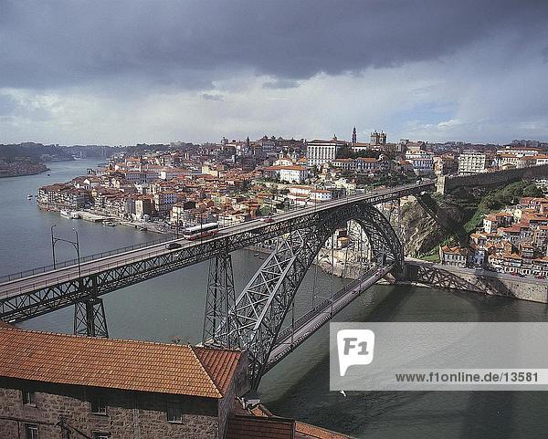Erhöhte Ansicht der Brücke über Fluss  Porto  Portugal