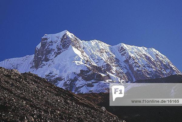 Verschneiten Berggipfel gegen blauen Himmel  Himalaya Berg  östlich von Makalu  Nepal