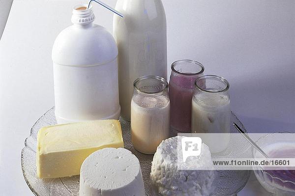 Erhöhte Ansicht der sortierten Milch-Produkte auf Platte Erhöhte Ansicht der sortierten Milch-Produkte auf Platte
