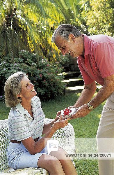 509185,Frau,Mann,Mann überreicht Geschenk,Paar