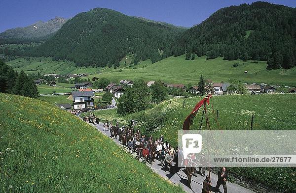 Gruppe von Menschen zu Fuß mit Flagge im Tal  Rennweg am Katschberg  Kärnten  Österreich