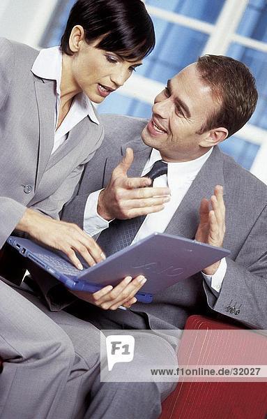 Zwei Geschäftsleute miteinander zu reden