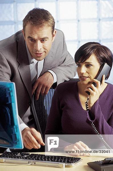 Geschäftsleute Blick auf einem Computermonitor