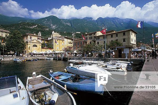 Boote in See  Gardasee  Malcesine Provinz  Veneto  Italien