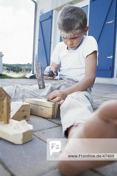 Junge - Person Holz Hammer Nagel