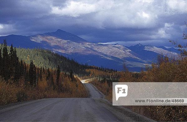 Wolken über Berge  Dempster Highway  Yukon  Kanada