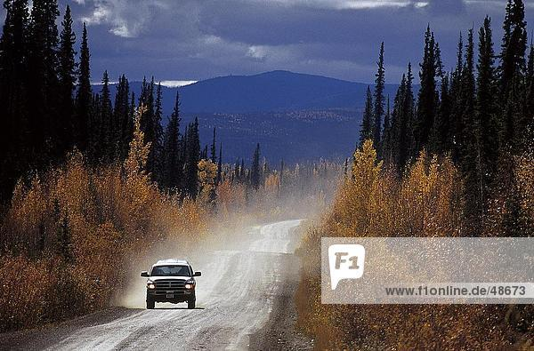Auto auf der Autobahn  Dempster Highway  Yukon  Kanada