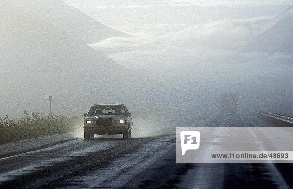 Auto auf der Autobahn  Glenn Highway  Alaska  USA