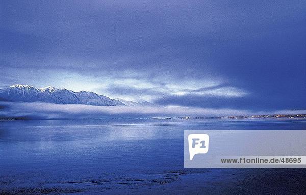 Meer mit Gebirge im Hintergrund  Turnagain Arm  Girdwood  Glenn Highway  Alaska  USA