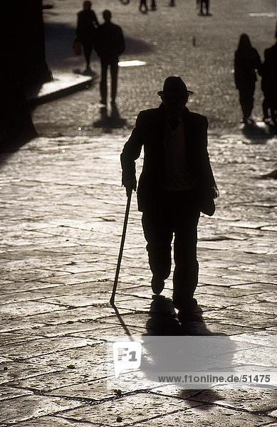 Silhouette der älterer Mann zu Fuß auf der Straße  Castell Capuano  Neapel  Italien