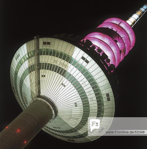Untersicht der Fernsehturm beleuchtet nachts  Frankfurt  Deutschland