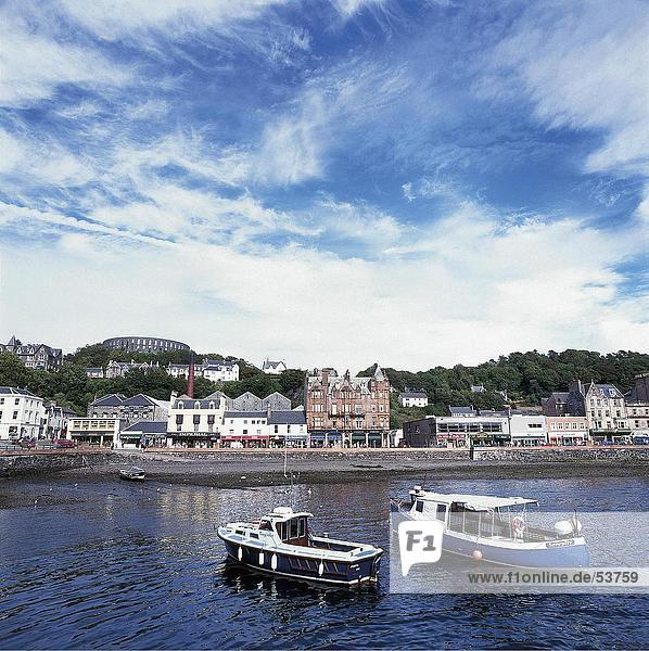Zwei Boote im Hafen  Oban  Schottland